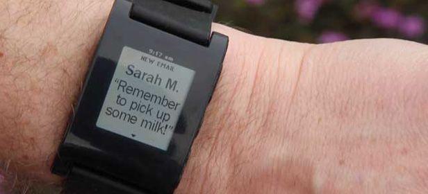 Pebble mensajes de Pebble, un reloj de pulsera con tinta electrónica que se conecta a nuestro smartphone