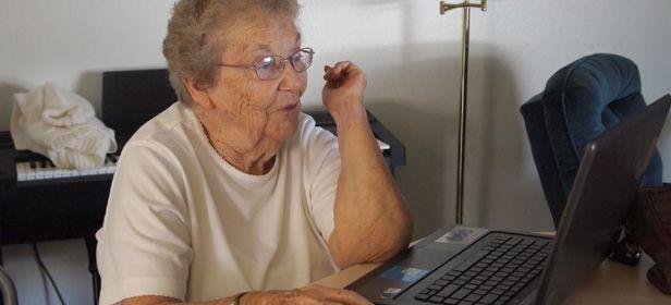 Eldy anciano ordenador cabecera