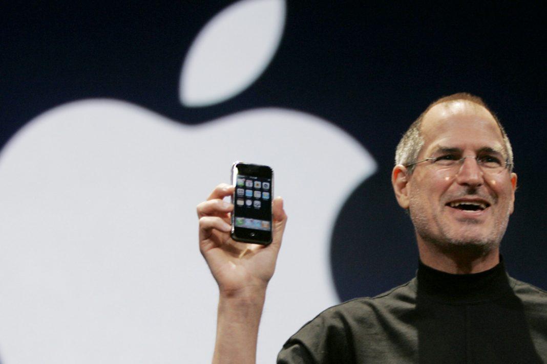Steve Jobs en la presentación del primer smartphone, el iPhone